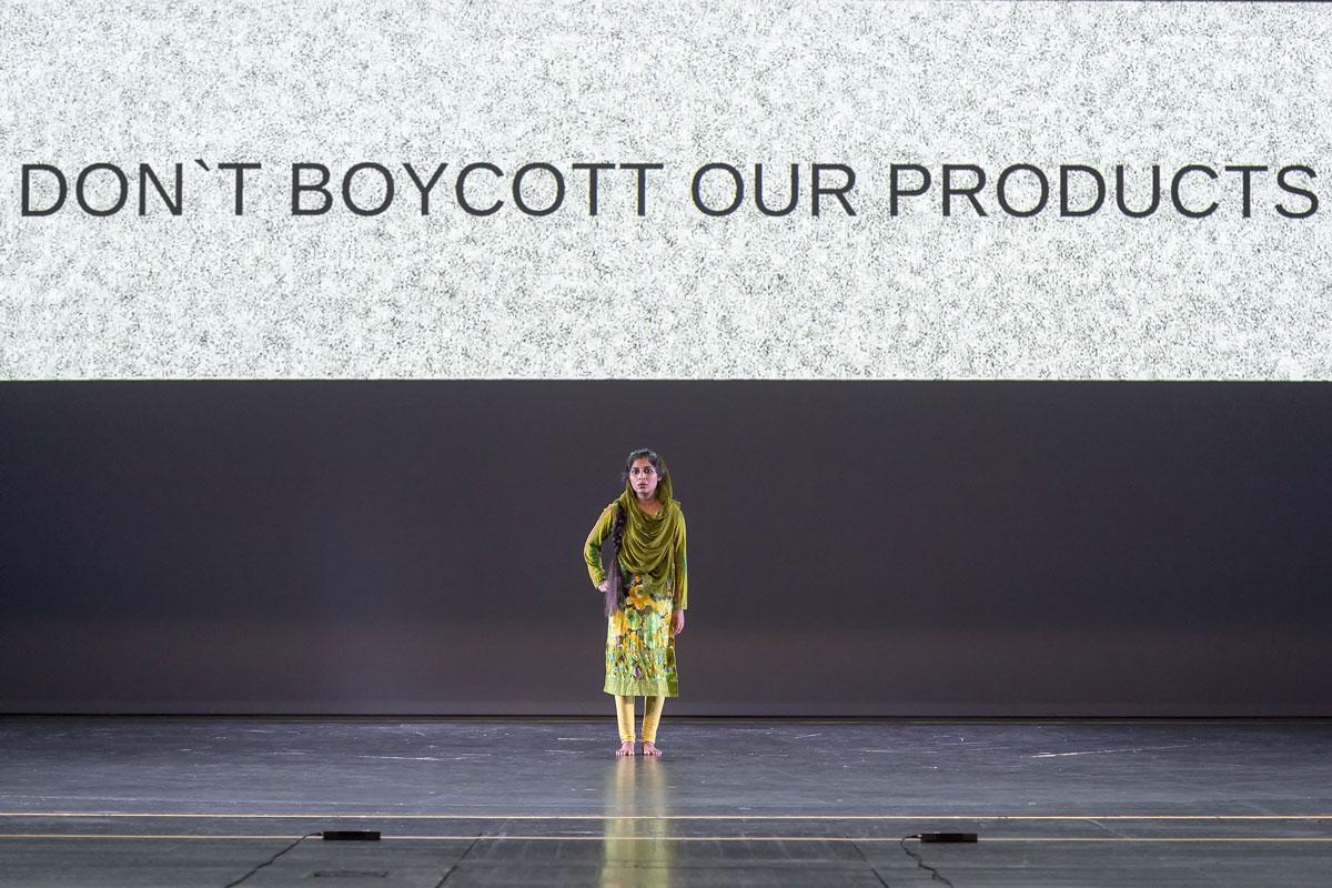 Tänzerinnen auf der Bühne des Stücks Made in Bangladesh